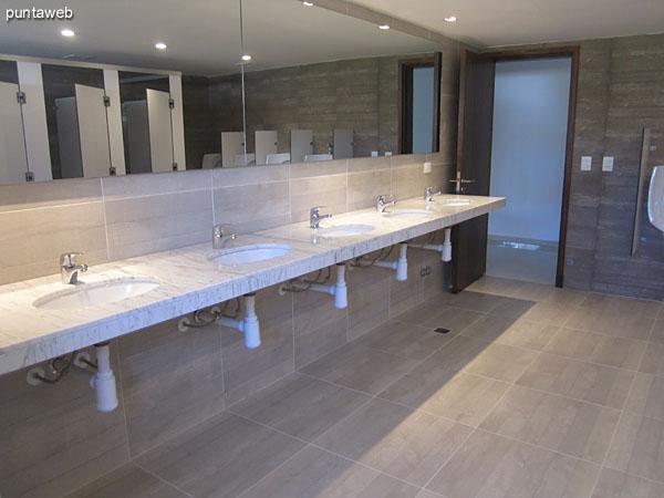 Vista general de servicios higiénicos en el sector de Spa.