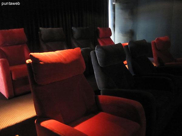 Detalle del sistema de video en la sala de cine.