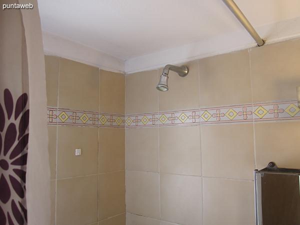 Baño en suite con ventana exterior. Acondicionado con ducha y cortina de baño.