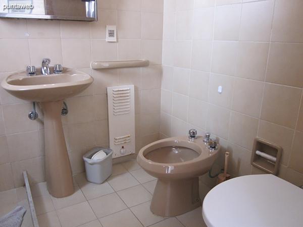 Detalle de artefactos sanitarios y grifería en el baño en suite.