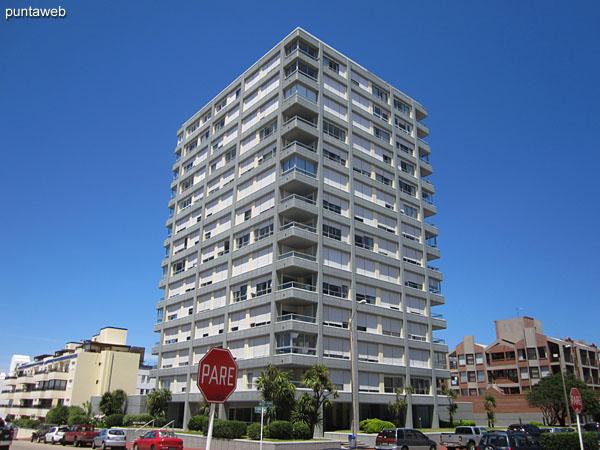 Fachada del edificio. Ubicado en la calle 24, frente a esquina sur de la plaza Artigas &ndash; plaza de los artesanos &ndash;.<br><br>El apartamento es un primer piso sobre la calle 24.