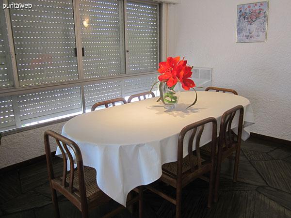 Vista general del ambiente de comedor en el living comedor.<br><br>Situado sobre el frente del apartamento al norte sobre la calle 24.<br><br>Acondicionado con importante mesa semiovalada con seis sillas.
