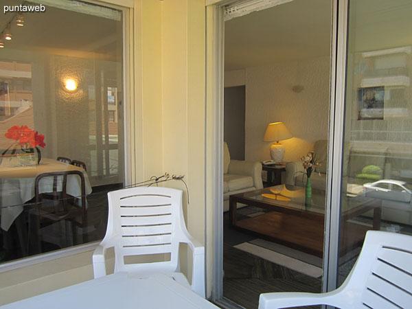 Balcón terraza techado y abierto sobre la calle 24.<br><br>Equipado con juego de mesa y cuatro sillas en plástico blanco.