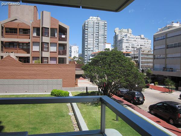 Vista general del ambiente de living comedor desde el balcón terraza del apartamento.