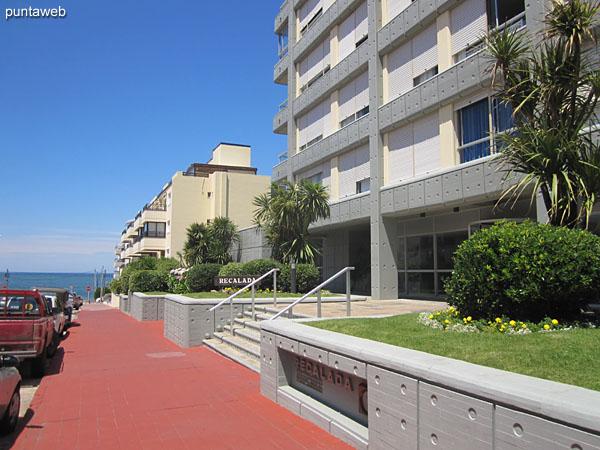 Fachada del edificio. Ubicado en la calle 24, frente a esquina sur de la plaza Artigas – plaza de los artesanos –.<br><br>El apartamento es un primer piso sobre la calle 24.
