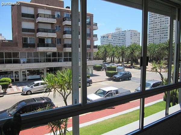 Vista hacia la plaza Artigas desde el balcón terraza del apartamento a lo largo de la calle 24.