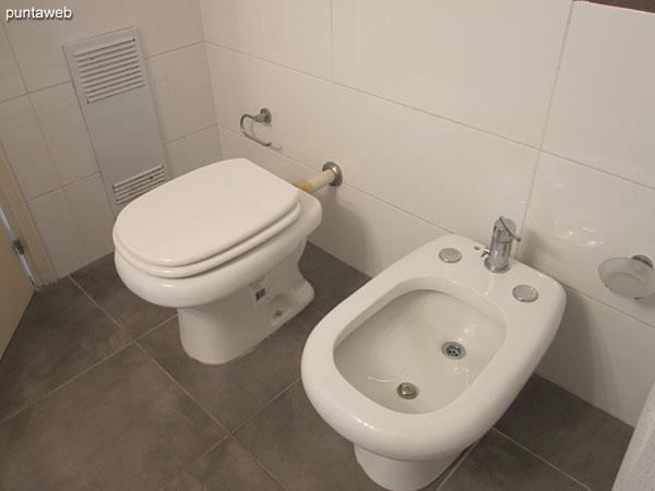 Baño de la suite principal con ducha y cortina de baño.