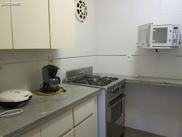 Detalle de grifería y artefactos sanitarios en el baño de la segunda suite.
