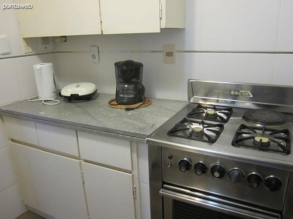 Detalle de la cocina a gas y eléctrica.