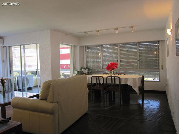 Entrada al apartamento generando un hall interno.<br><br>Hacia adelante el acceso al living comedor y suite principal, a la izquierda la segunda suite y hacia la derecha la cocina.