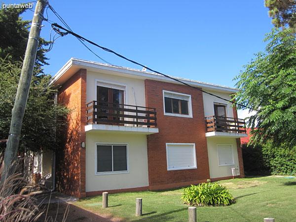 Fachada del edificio, orientada al oeste. El apartamento está situado en planta baja hacia el lateral norte.