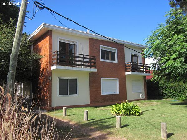 Fachada del edificio, orientada al oeste. El apartamento está situado en planta baja, al frente y hacia el lateral sur.