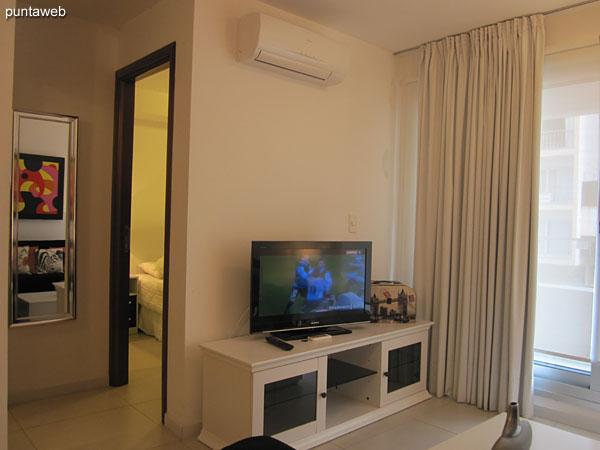 Vista desde el ambiente de estar en el living comedor hacia la puerta de acceso al apartamento.<br><br>A la derecha de la imagen la cocina.