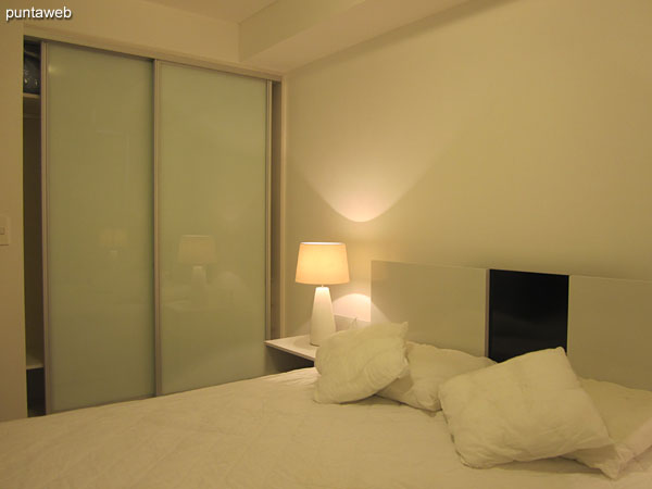 Bedroom. Located in front of the building, it offers sea views along 17th Street to the port of Punta del Este.<br><br>Equipped with double bed.