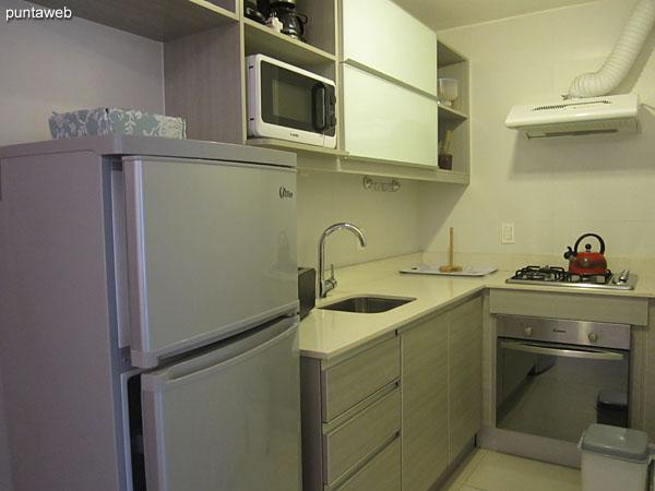 Baño. Interior. Equipado con ducha y cortina de baño.