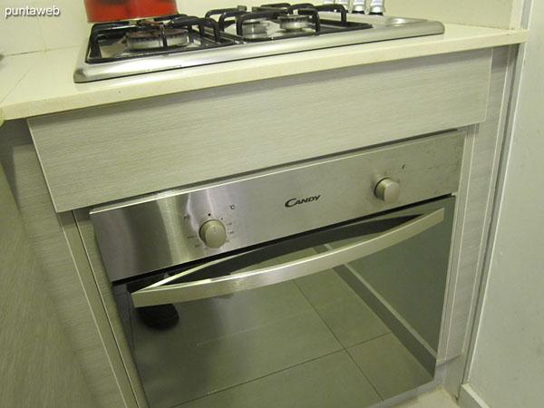 Detalle de la cocina a gas con cuatro hornallas.