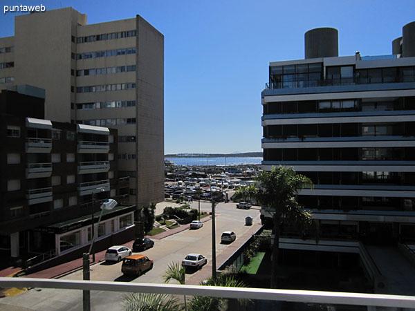El edificio está situado a una cuadra de la rambla de circunvalación General Artigas al inicio del puerto de Punta del Este.