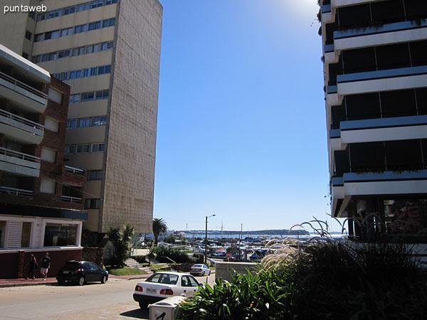 Vista hacia la esquina de Av. Gorlero y calle 17 desde la entrada al edificio.