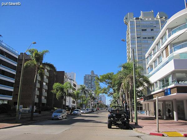 Vista hacia el puerto a lo largo de la calle 17 desde la esquina con la Av. Gorlero.