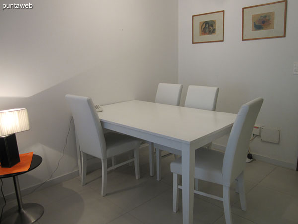 Vista del ambiente de living comedor desde el sector del comedor hacia el estar.<br><br>A la izquierda de la imagen el dormitorio.