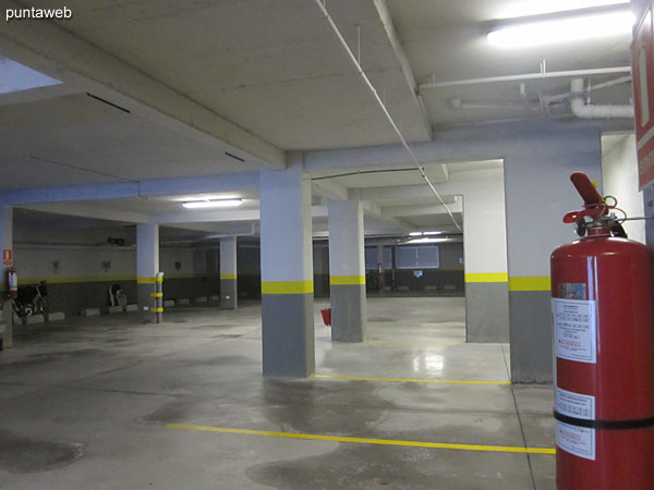 Overview garage in the basement. It is accessed via the north side.<br><br>The apartment has its own exclusive space.