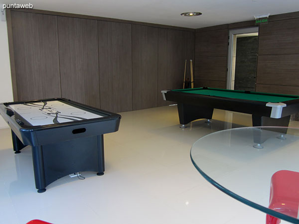 Playroom for children and adolescents. Equipped with pool table and shuffleboard.