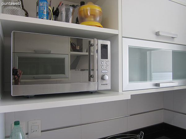 Built–in electric oven.