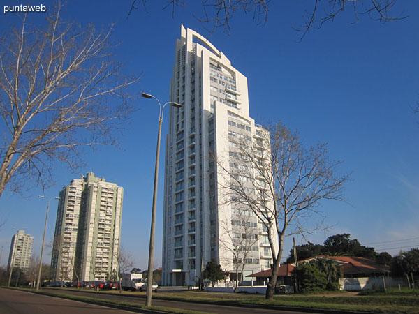 Summer Tower está ubicado sobre la Av. Roosevelt.