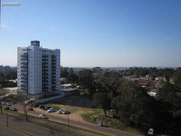 Vista a lo largo de la Av. Rooselvelt hacia el sureste desde el balcón terraza.