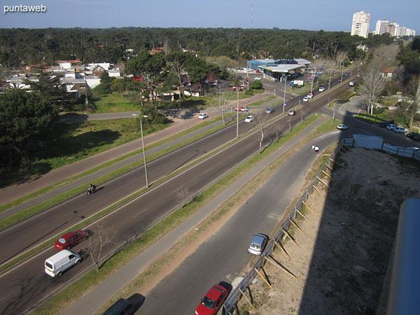 Vista hacia el noreste sobre entorno de barrios residenciales y la ciudad de Maldonado desde el balcón terraza.