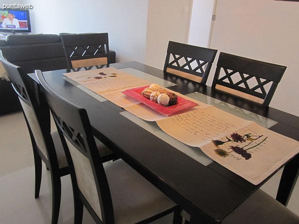 Espacio de comedor, situado al ingreso al apartamento.<br><br>Equipado con mesa rectangular en madera con seis sillas.