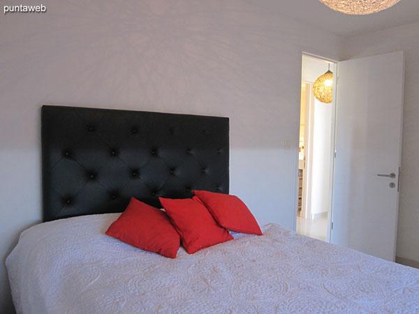 Dormitorio principal. Equipado con cama matrimonial.<br><br>Ofrece vistas hacia el este sobre entorno de barrios residenciales.