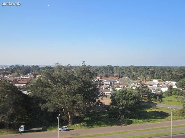 Vista desde el dormitorio principal hacia el este sobre entorno de barrios residenciales.