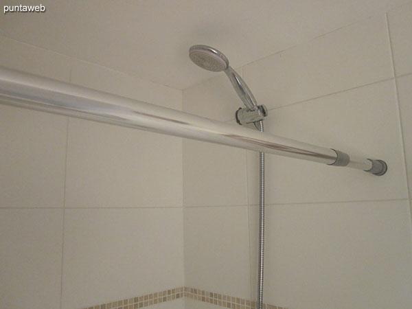 Baño. Interior. Equipado ducha, cortina de baño y bañera.