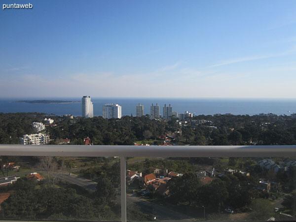 Vista hacia la bahía de Punta del Este en dirección a la península desde la terraza del edificio junto a una de las barbacoas.