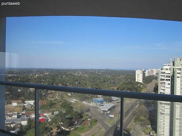 Vista desde la barbacoa hacia el este sobre entorno de barrios residenciales.