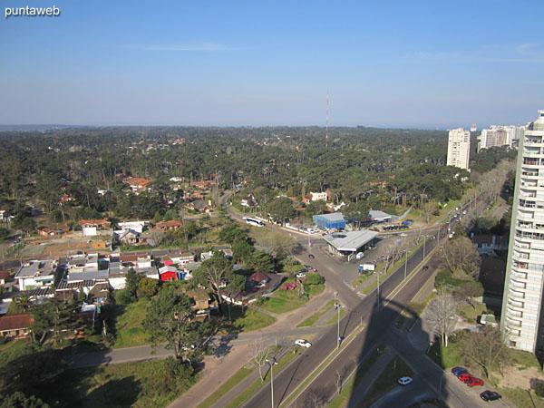 Vista desde la barbacoa hacia el sureste sobre entorno de barrios residenciales.