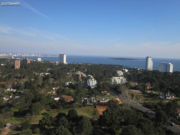 Vista a lo largo de la Av. Roosevelt desde la terraza del edificio.