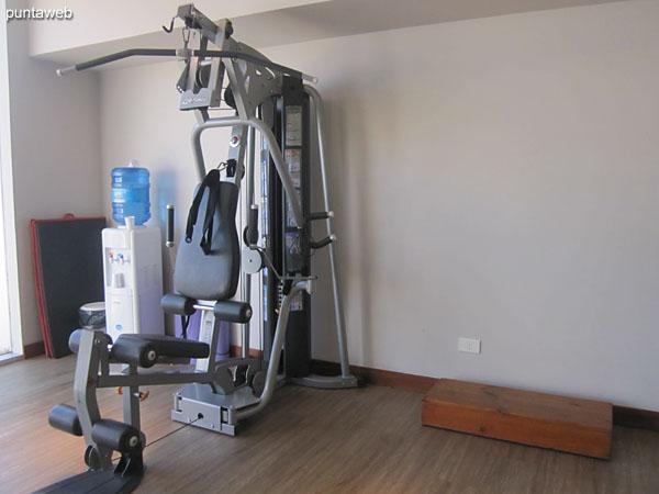Gimnasio. Situado en planta baja hacia el contrafrente. Equipado con cintas, bicicletas fijas, aparatos de pesas y otros elementos.