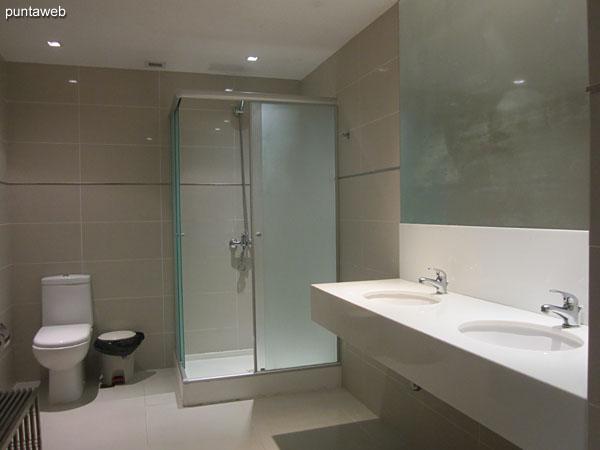 Duchas y vestuarios en el sector de spa.