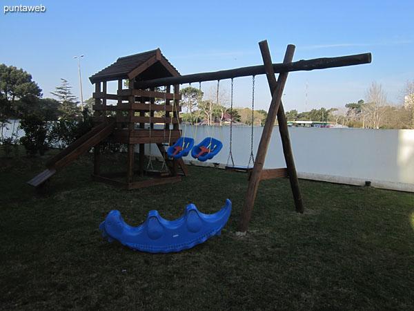 Juegos para niños en el jardín al lateral sur.