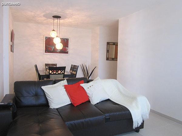 Ambiente de estar en el living comedor. Equipado con sillón de dos cuerpos en L y dos butacas individuales en torno a una mesa baja en madera.<br><br>TV con cable.