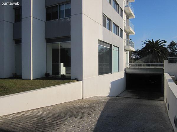 Entorno del edificio hacia el lateral sur.