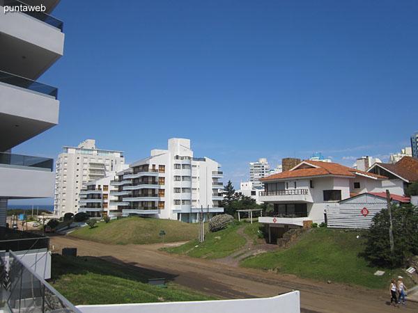 Vista hacia el este a nivel de calle desde el acceso al edificio.