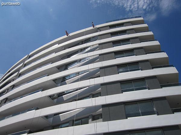 Vista hacia el sur a nivel de nivel de pileta al aire libre al lateral oeste del edificio.