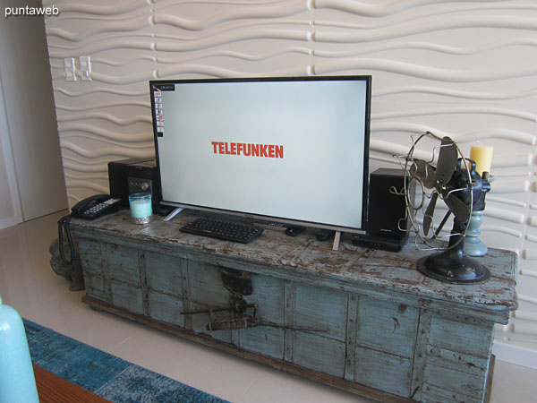 El espacio de comedor está generado entre el estar y la cocina. Cuenta con una mesa rectangular en madera con seis sillas.