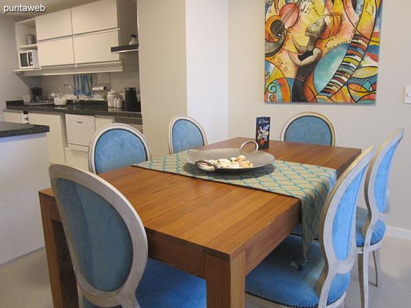Espacio de comedor situado entre el estar y la cocina tipo americana.<br><br>Equipado con mesa rectangular de madera con seis sillas.