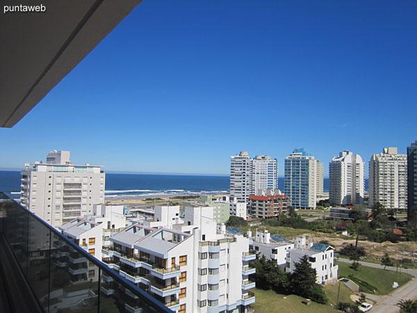 Vista hacia el este desde la ventana del living comedor.<br><br>Cerramiento permite el acceso a balcón terraza del apartamento.