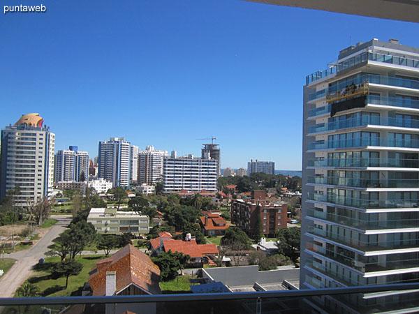 Vista hacia el noroeste sobre entorno de edificios vecinos y barrio residencial desde el balcón terraza del apartamento.