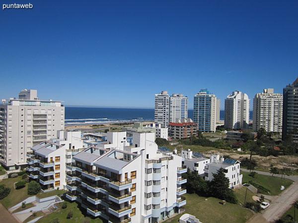 Vista hacia el oeste sobre entorno de edificios vecinos y barrio residencial desde el balcón terraza del apartamento.
